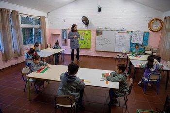 Los niños y maestros utilizan la computadora en el aula.