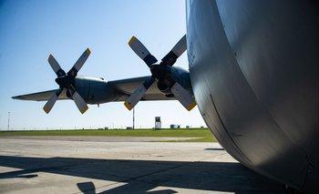 Un avión traslada material para instalar un laboratorio de análisis de COVID-19 en Rivera, Uruguay