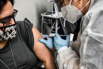 Una mujer siendo vacunada contra el coronavirus