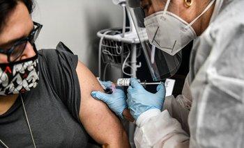Una mujer recibe la prueba de la vacuna contra el coronavirus en Hollywood, Estados Unidos