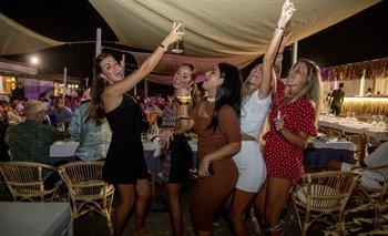 Una fiesta en la playa de Fregene, cerca de Roma, en Italia el viernes 14