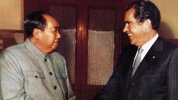 El presidente estadounidense Richard Nixon con Mao Tse Tung en Pekín, en febrero de 1972. Un gigantesco paso de distensión
