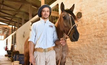 Juan Pablo González junto a Santa Rita en su centro de entrenamiento en Canelones.