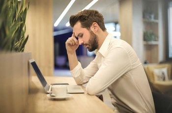 Millennial frente a una laptop