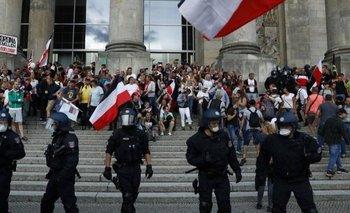 Algunos manifestantes intentaron asaltar el Parlamento antes de ser dispersados por la policía