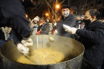 El grupo Sembradores reparte comida todos los días en el Centro de Montevideo