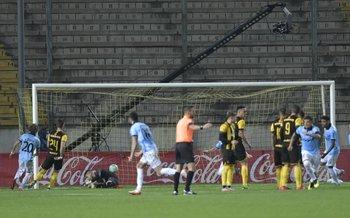 Pastorini ya le pegó y sale a festejar su gol