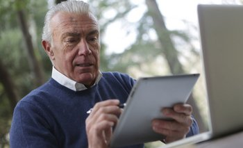 Un adulto mayor de 45 años usando una tablet