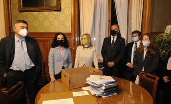 El director de la OPP, Isaac Alfie, y la ministra de Economía, Azucena Arbeleche, entregaron a la vicepresidenta, Beatriz Argimón, el proyecto de ley de Presupuesto