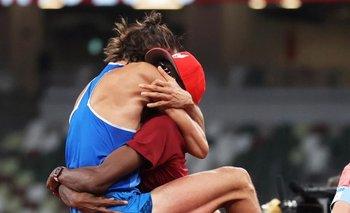 Los dos atletas festejan el oro