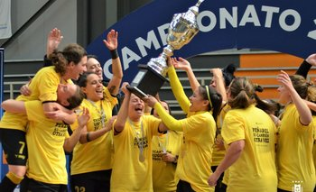 Las jugadoras de Peñarol de fútbol sala, celebran un nuevo título