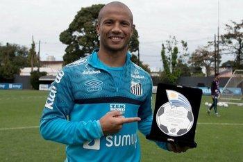 Santos de Brasil homenajeó a Carlos Sánchez como el máximo artillero extranjero de la historia del club
