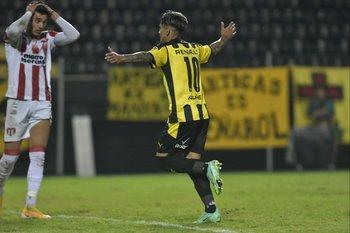 Facundo Torres celebra su golazo para Peñarol en el 2-0 y River lo sufre