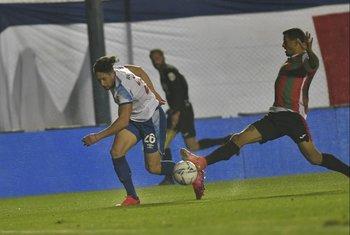 Armando Méndez desborda a Darias