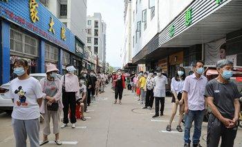 Personas hacen la fila para hisoparse en China