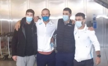 Bruno Cetraro y Felipe Klüver, de blanco, a su llegada al aeropuerto de Carrasco