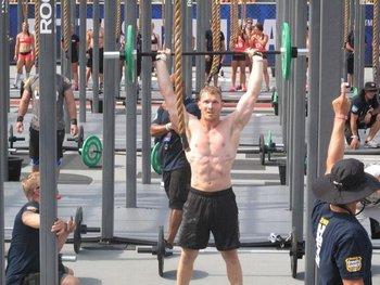 Steve Sudell practicó fútbol americano en la universidad, lo que le dejó dolor crónico de cuello