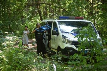 Expertos policiales abandonan el lugar donde Vitaly Shishov, el jefe de la ONG Belarusian House en Ucrania, fue encontrado ahorcado en un parque