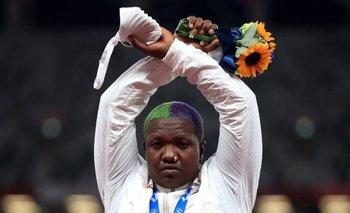 Raven Saunders se cruzó de brazos al recibir la medalla olímpica