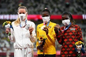 El podio de los 3.000 metros con obstáculos femenino en los Juegos Olímpicos de Tokio 2020: Courtney Frerichs (EEUU), Peruth Chemutai (Uganda) y Hyvin Kiyeng (Kenia)