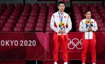 Para algunos internautas chinos, la medalla de plata de Xu Xin (izquierda) y Liu Shiwen en tenis de mesa no alcanzó.