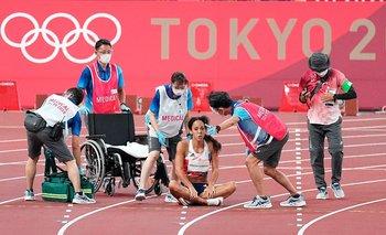 La atleta británica cayó lesionada en plena pista e intentaron ayudarla con una silla de ruedas