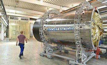 Un mecánico pasa junto a un tanque de un cohete de la etapa superior en Rocket Factory Augsburg.