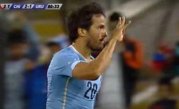 Álvaro González señala las cuatro estrellas de Uruguay en el festejo de su gol a Chile en el amistoso de 2014