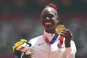 La atleta estadounidense Athing Mu con su oro en Tokio 2020