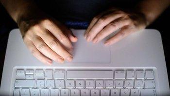 Algunos expertos advirtieron que la tecnología anunciada por Apple podría ser usada por gobiernos autoritarios para espiar a sus ciudadanos.