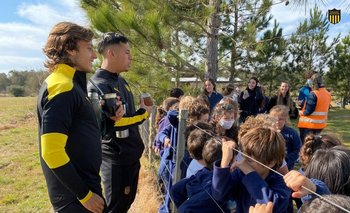 Agustín Canobbio y Jesús Trindade junto a los niños de una escuela de Melo