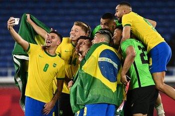 Los jugadores de Brasil celebran el oro conquistado ante España en fútbol
