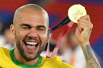 Dani Alves celebra uno de los títulos que le faltaba con el oro olímpico