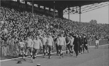 La gente tiraba sombreros a la cancha para saludar a los celestes cuando daban la vuelta olímpica en los Juegos de 1924