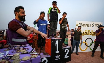 Los ganadores reciben las medallas en el podio instalado en el campamento