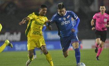 Yonathan Rodríguez controla a Fernández