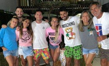 La foto de la familia de Luis Suárez acompañando a la familia de Lionel Messi en Barcelona