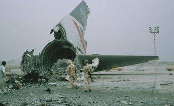 Después de que desembarcaron los pasajeros y la tripulación, el avión fue destruido en la pista