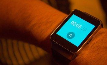 Los relojes y pulseras inteligentes cada vez están más presentes en la vida de los usuarios uruguayos.