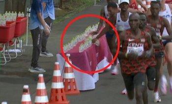 Morhad Amdouni en el momento en que tira las botellas en la maratón de los Juegos de Tokyo 2020