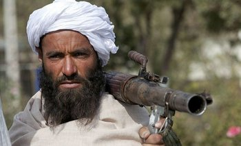 Bajo el Talibán, los hombres deben dejarse crecer la barba y las mujeres tienen que llevar un burka que les cubre todo