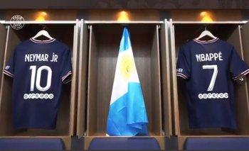 La bandera argentina en el vestuario de PSG tras la llegada de Lionel Messi