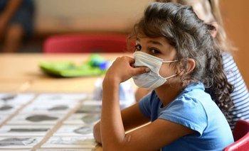 Los niños desarrollan por lo general un cuadro más leve de la enfermedad cuando se contagian.