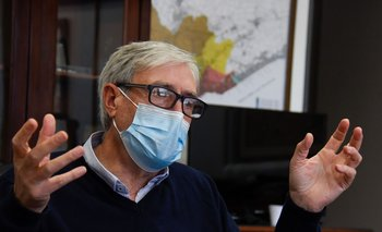 El presidente de OSE, Raúl Montero en su oficina.