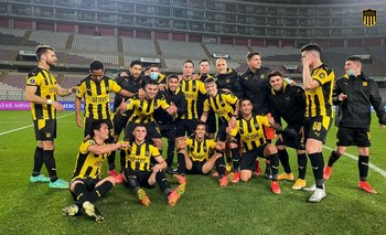 El plantel de Peñarol celebró al finalizar el encuentro la victoria ante Sporting Cristal en Lima