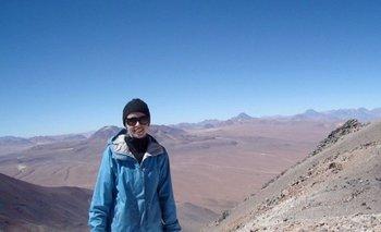 """Esta foto de 2010 fue tomada en la frontera entre Bolivia y Chile, donde se erige el volcán Licancabur. """"El Telescopio de Cosmología de Atacama y el Cerro Toco están detrás de mí"""", cuenta Dunkley."""