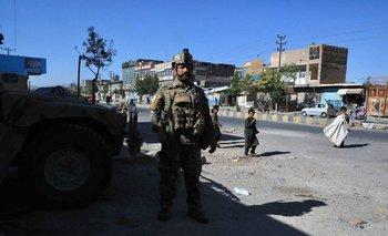 Un efectivo de las fuerzas de seguridad afganas monta guardia a lo largo de la carretera en Herat, el 12 de agosto de 2021