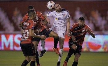 Matías Zunino entre tres jugadores brasileños