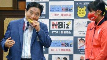 El alcalde Takashi Kawamura mordió la medalla de Miu Goto en un evento la semana pasada