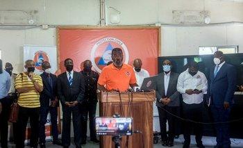 El director general de Protección Civil, Jerry Chandler, habla durante una conferencia de prensa en Puerto Príncipe luego de que un terremoto azotara la península suroeste del país